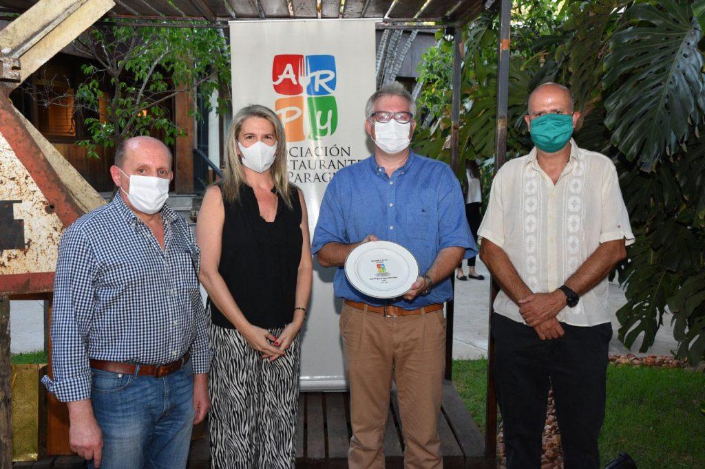 Presidente Oliver Gayet , recibe el reconocimiento de miembros de la comision directiva Alejandro Conti . Leticia Vallejos , Jorge Paredes